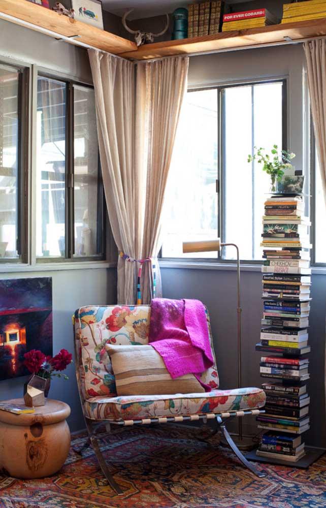 Um cantinho de leitura todo descontraído e alegre; destaque para a poltrona estampada cheia de flores