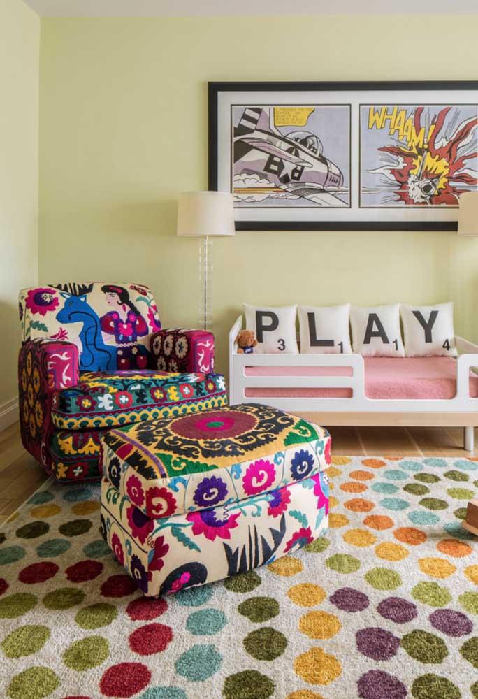 Mandalas e cores vibrantes formam a estampa dessa poltrona decorativa