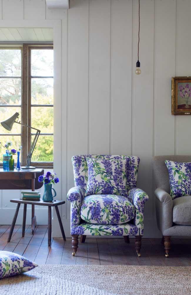 Os ambientes mais clássicos também combinam com poltrona colorida e estampada, essa aqui, por exemplo, traz uma estampa com flores de lavanda, ideais para uma proposta de estilo provençal