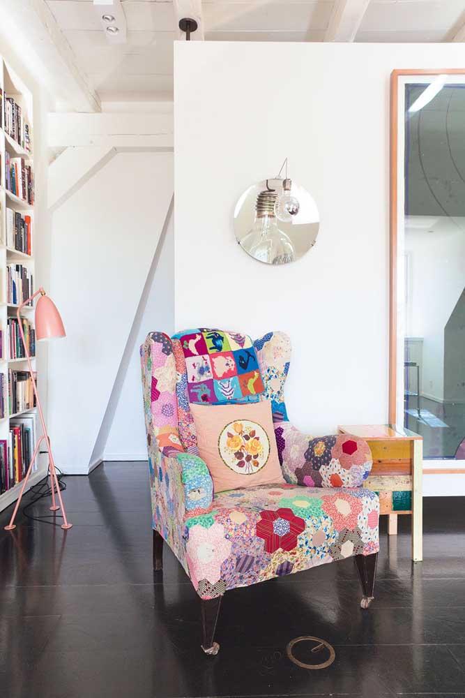 Uma confortável e aconchegante poltrona de patchwork para o cantinho de leitura
