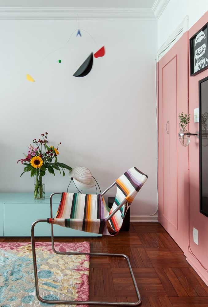 A poltrona colorida traz charme e descontração para os ambientes