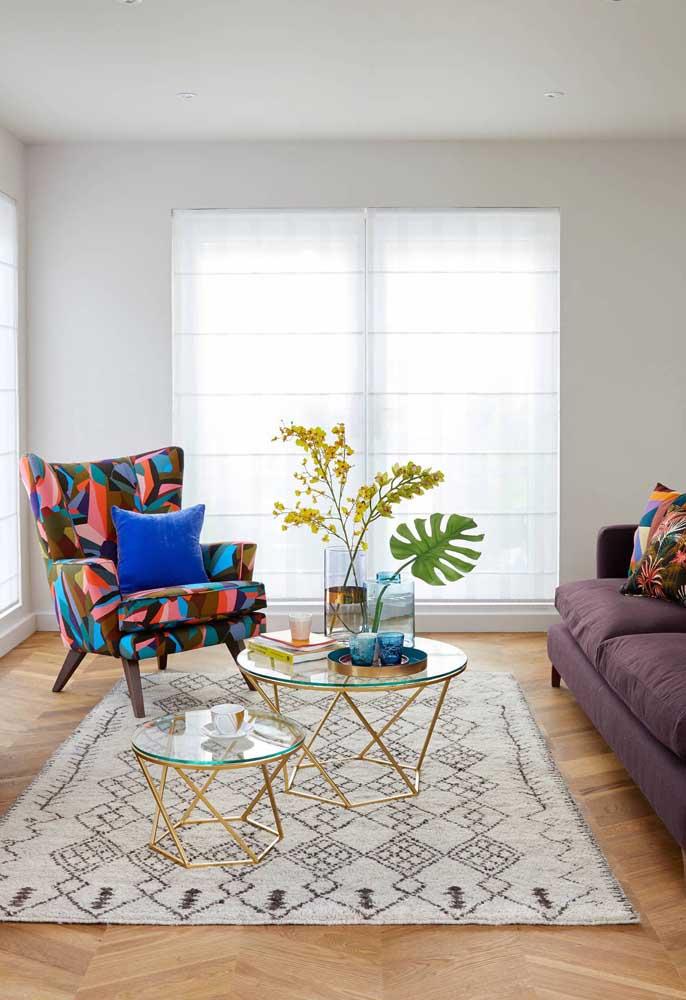 Essa proposta é perfeita para quem deseja uma poltrona colorida na decoração, mas sem ousar demais; repare que a estampa da poltrona se liga diretamente a cor do sofá