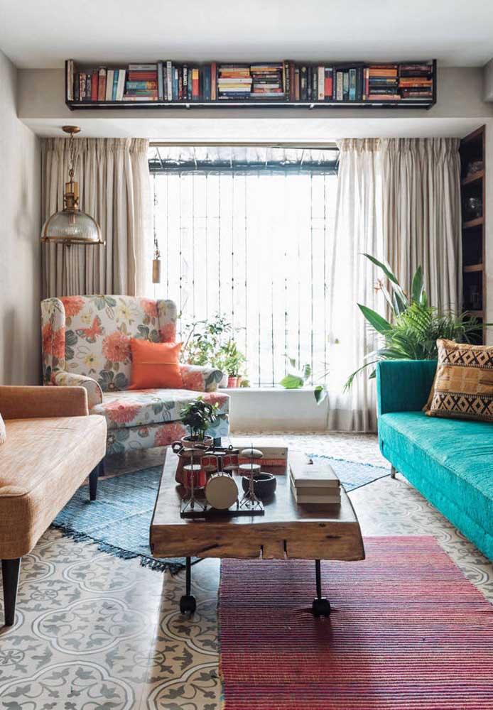 A sala de estar em estilo boho soube como usar a clássica poltrona vintage a seu favor