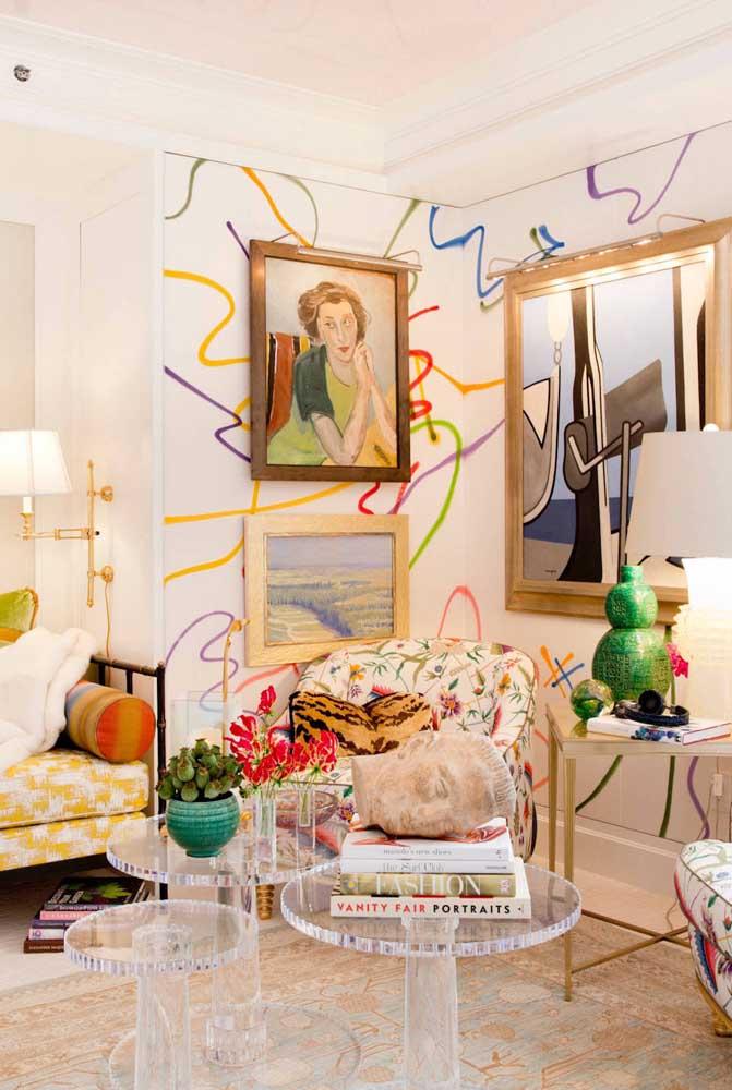 E para essa sala de estar contemporânea, a opção foi pela dupla de poltronas com estampa floral