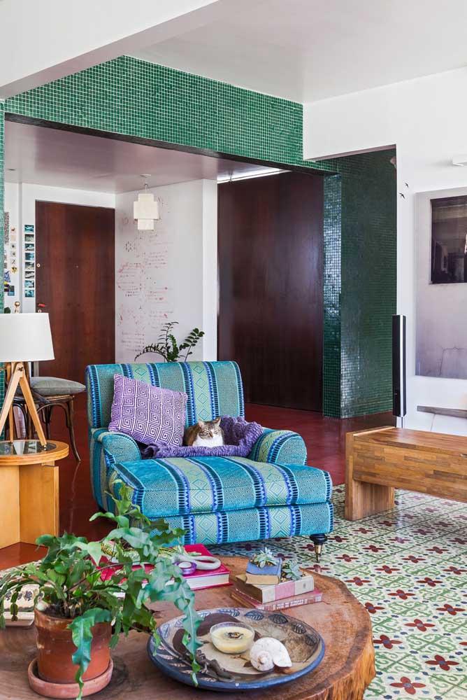 Poltrona azul aconchegante para a sala de estar; conforto também é prioridade na escolha da peça