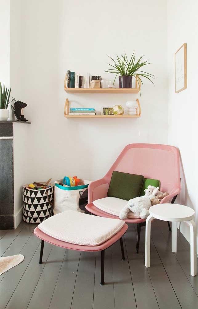 Poltrona cor de rosa super moderna para a sala; repare que o modelo conta ainda com apoio para os pés