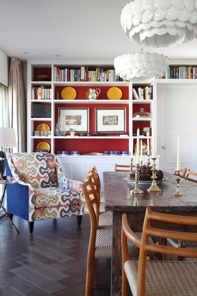 A sala de jantar também é um bom lugar para apostar no uso de poltronas decorativas coloridas
