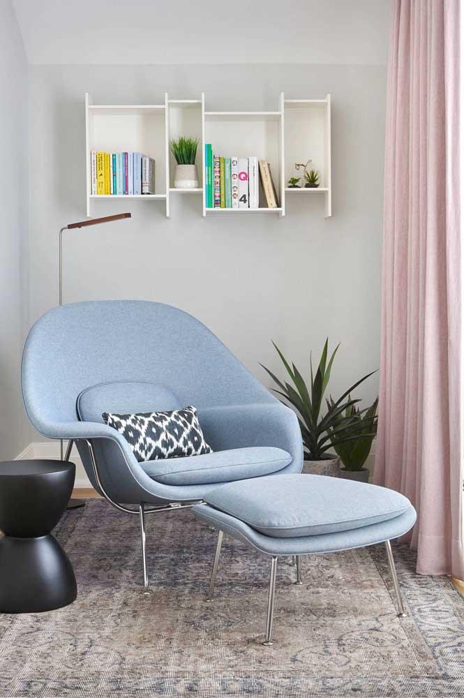 O tom azul acinzentado garante o visual moderno e elegante da poltrona