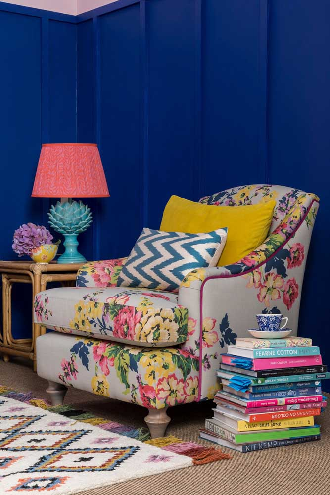 E o que dizer dessa sala? Ela une o charme retrô combinado a explosão de cores que vem tanto da poltrona florida, quanto dos demais elementos da decor