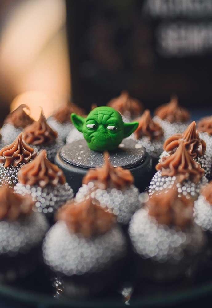 Que tal colocar a carinha do Mestre Yoda bem no centro da bandeja de brigadeiro?