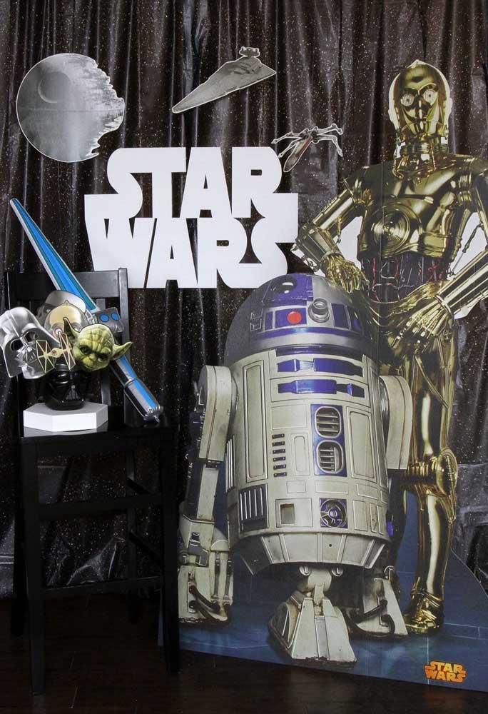 Prepare o painel com o tema Star Wars usando uma cortina preta e brilhosa, além de peças com os personagens principais.