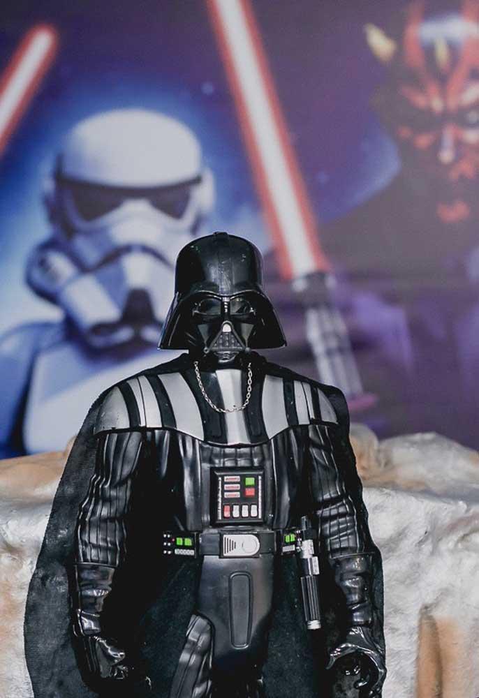 O boneco do Darth Vader não pode faltar na decoração Star Wars.