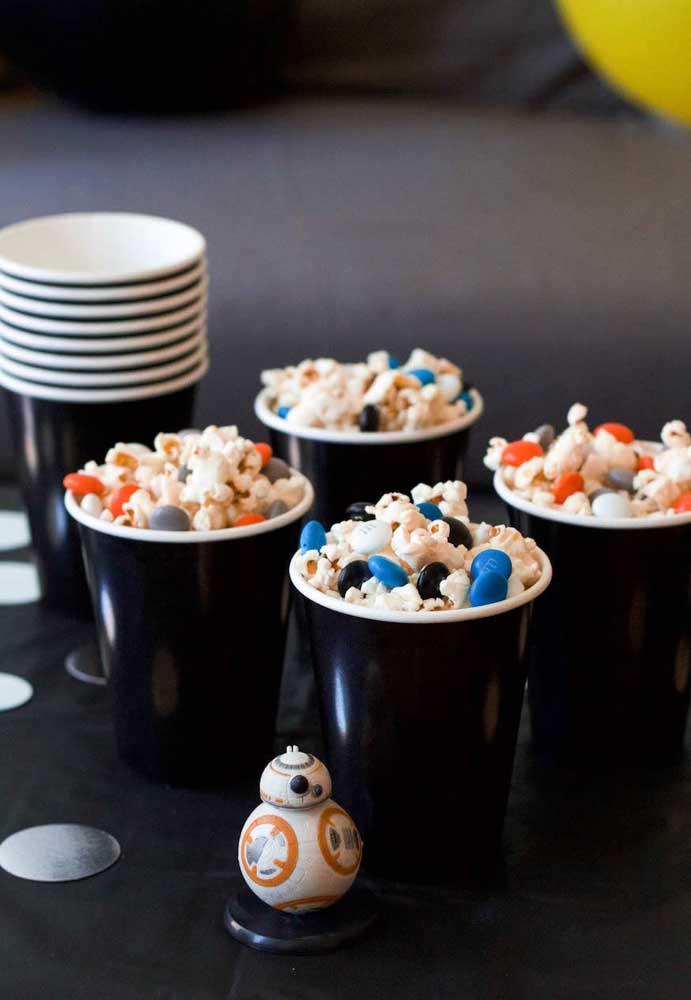 Na hora de comprar o copo Star Wars, escolha na cor preta para combinar com o tema.