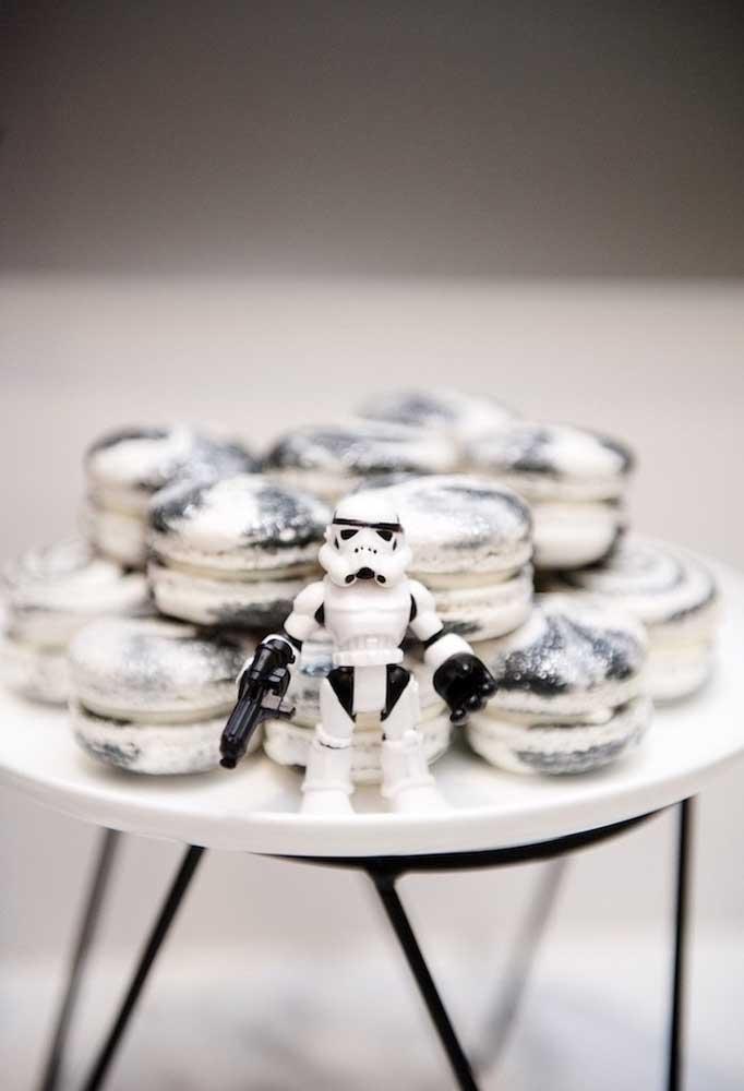 Olha como você pode personalizar os macarons que serão servidos na festa Star Wars.