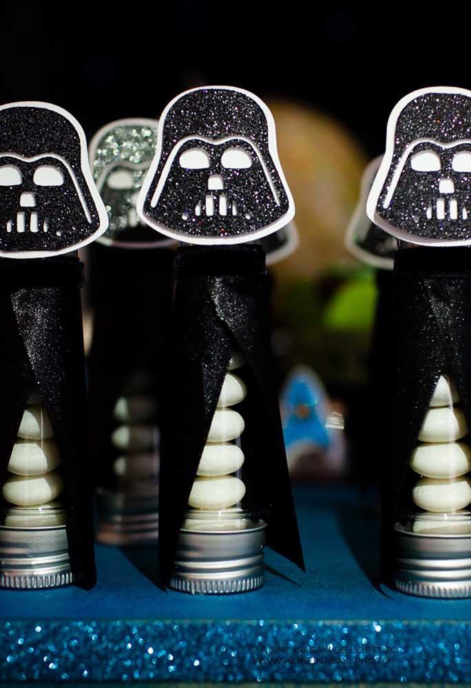 Personalize as embalagens das guloseimas com a capa e capacete do Darth Vader.