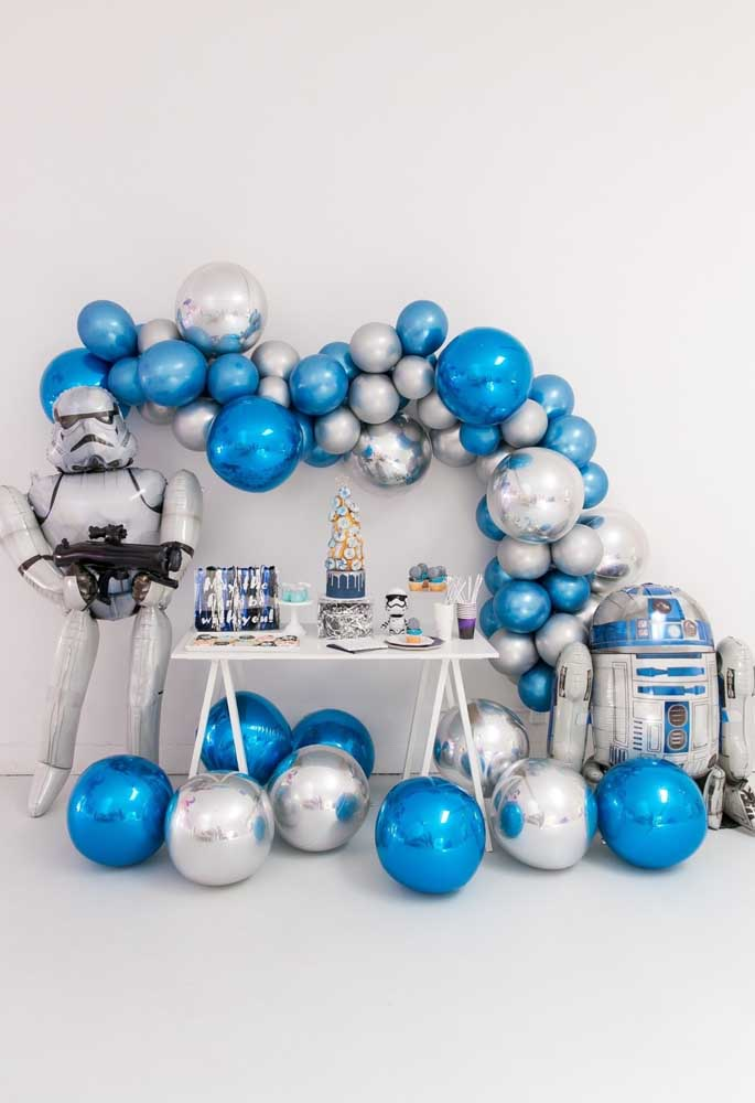 Faça uma decoração Star Wars com balões desconstruídos nas cores prata e azul para combinar com os robôs da saga.