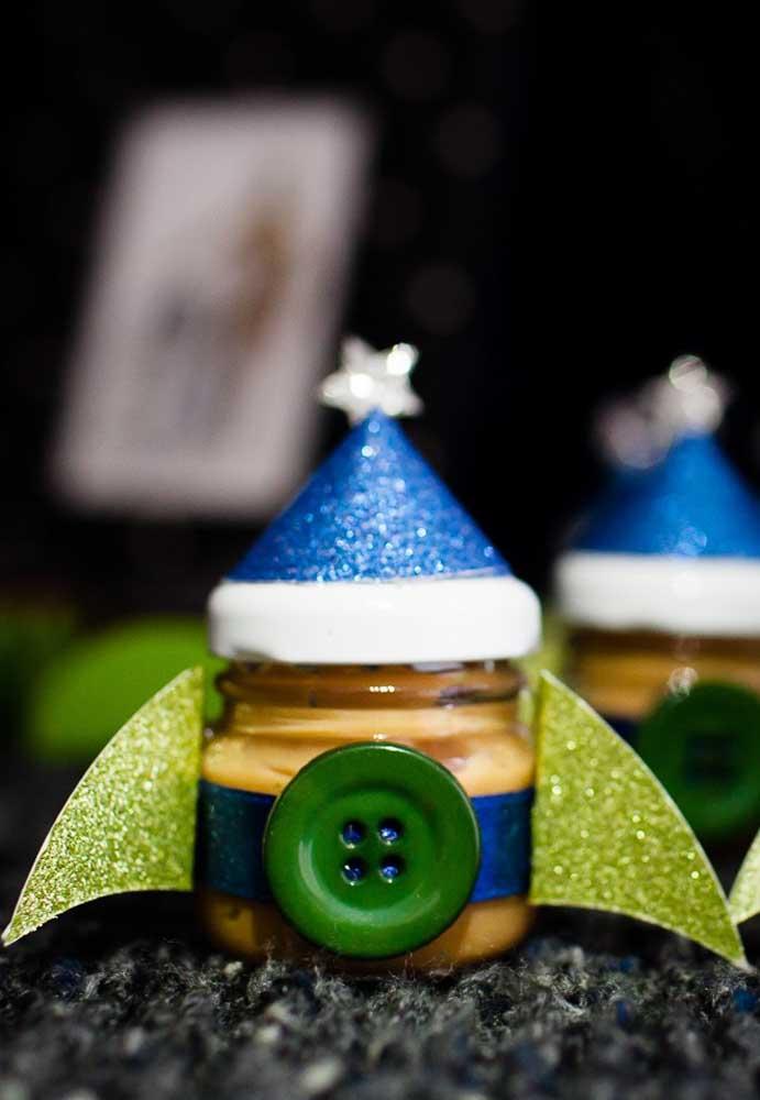 Até o potinho de doces deve ser personalizado de acordo com o tema.