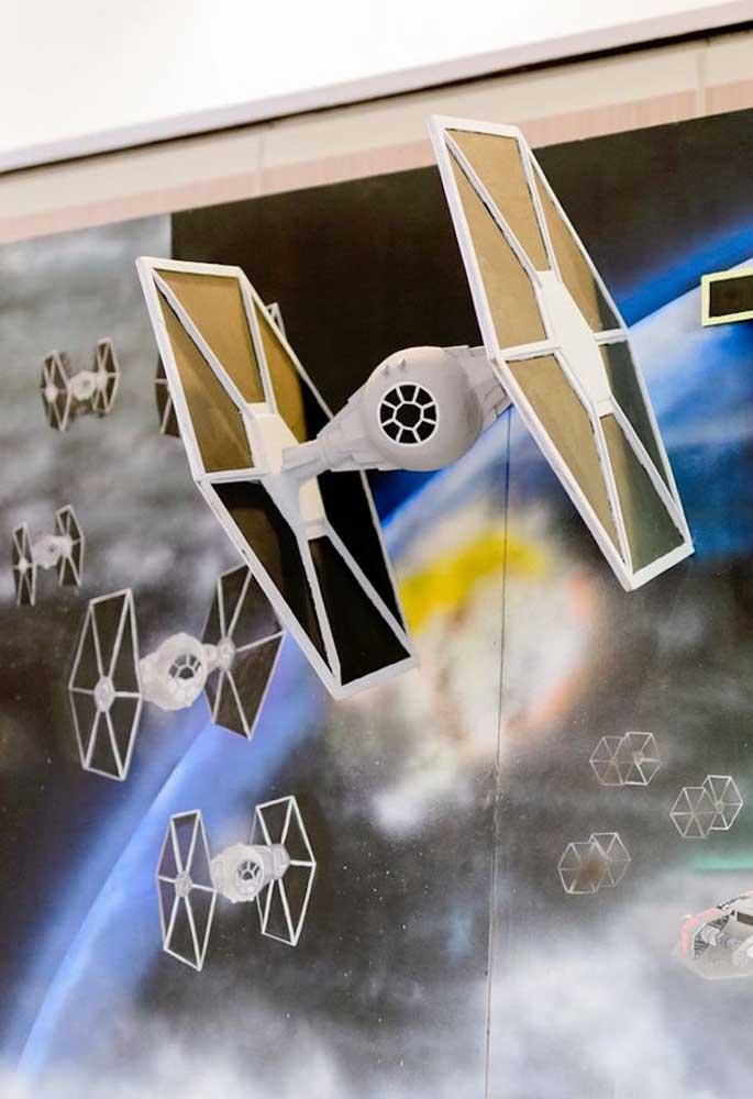 Compre algumas naves espaciais para decorar a festa Star Wars.