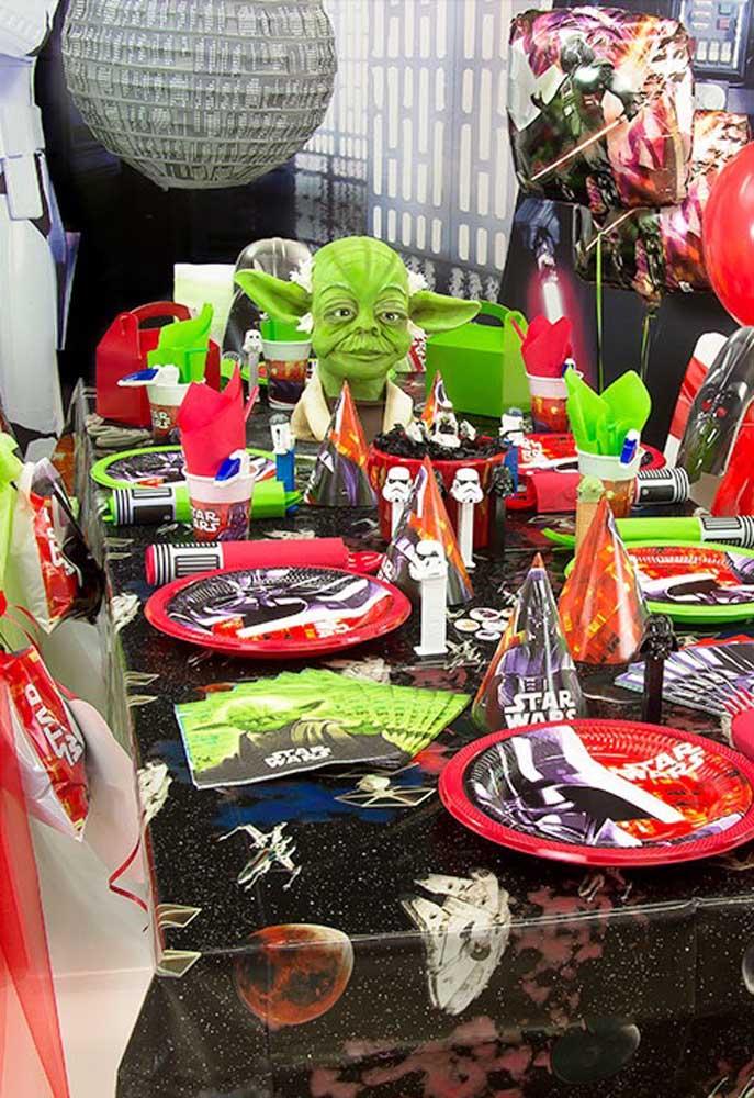 Que tal preparar uma mesa bem colorido com o tema Star Wars?
