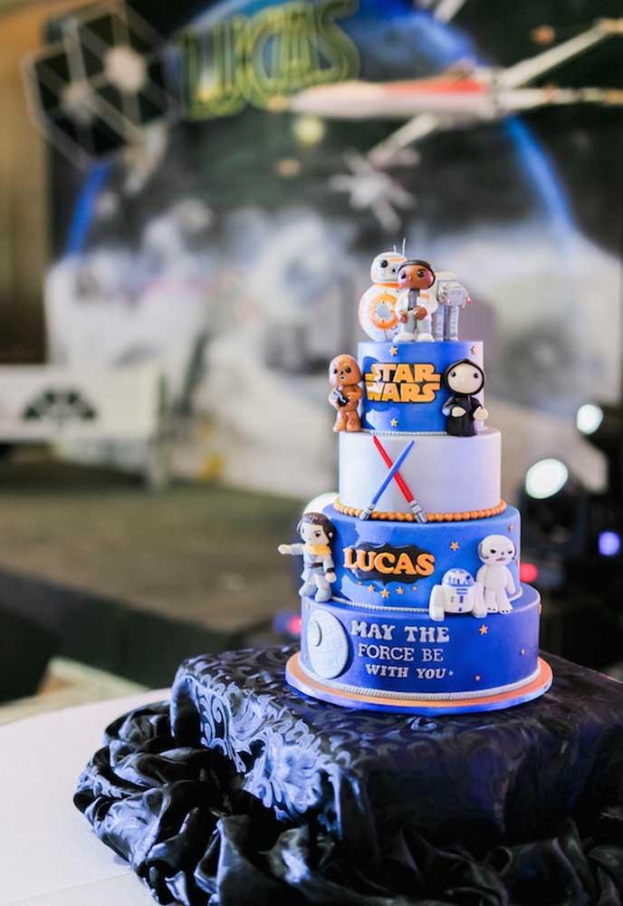 Na hora de fazer o bolo Star Wars capriche nos detalhes da decoração, mas isso só é possível com o bolo fake.