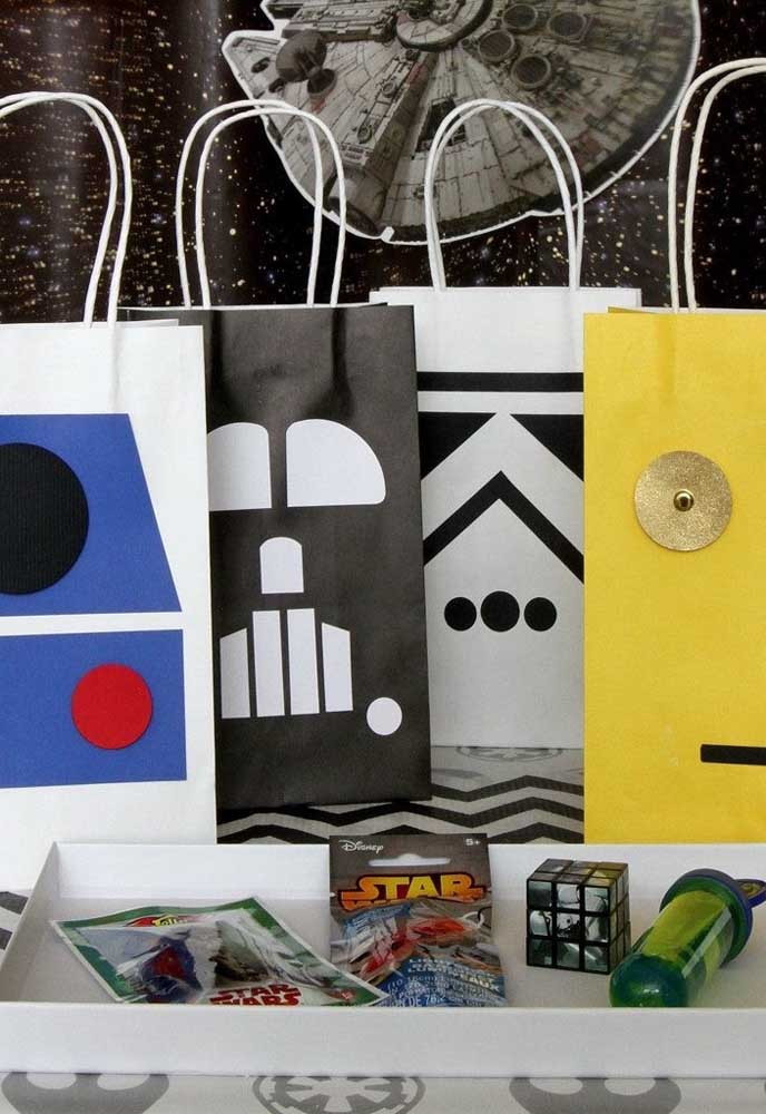 Você mesmo pode fazer essas sacolinhas com o tema Star Wars, basta fazer recortes com papel.