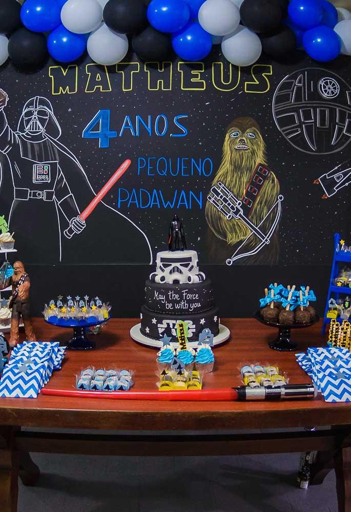 Olha como esse fundo Star Wars ficou perfeito. O toque especial ficou por conta da mesa de madeira.