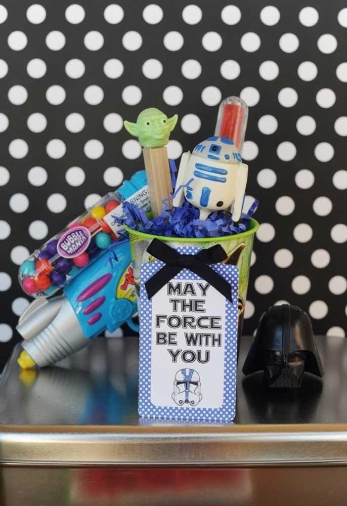 Use os principais elementos do tema para fazer uma decoração Star Wars diferenciada.