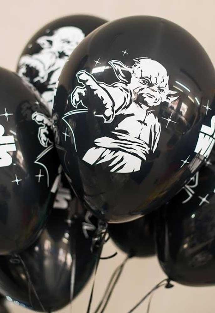 Aposte em balões personalizados de acordo com o tema.