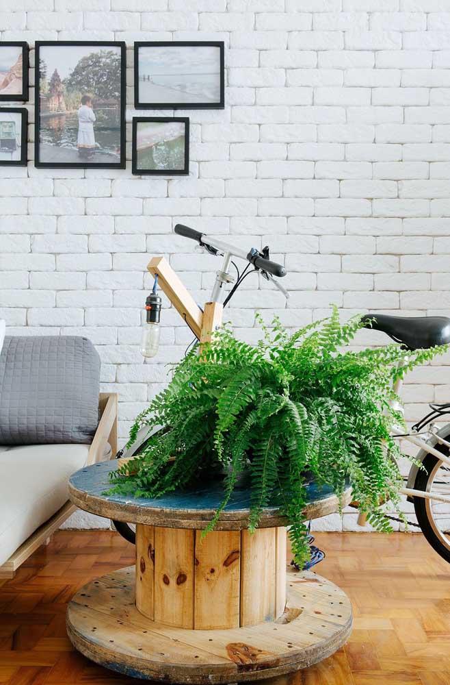Mesa de carretel na aparência rústica original; perfeita para combinar com o ambiente despojado