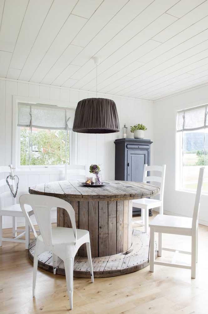 Mesa de jantar feita com carretel de madeira; atenção ao diâmetro e altura da peça para que a mesa fique confortável