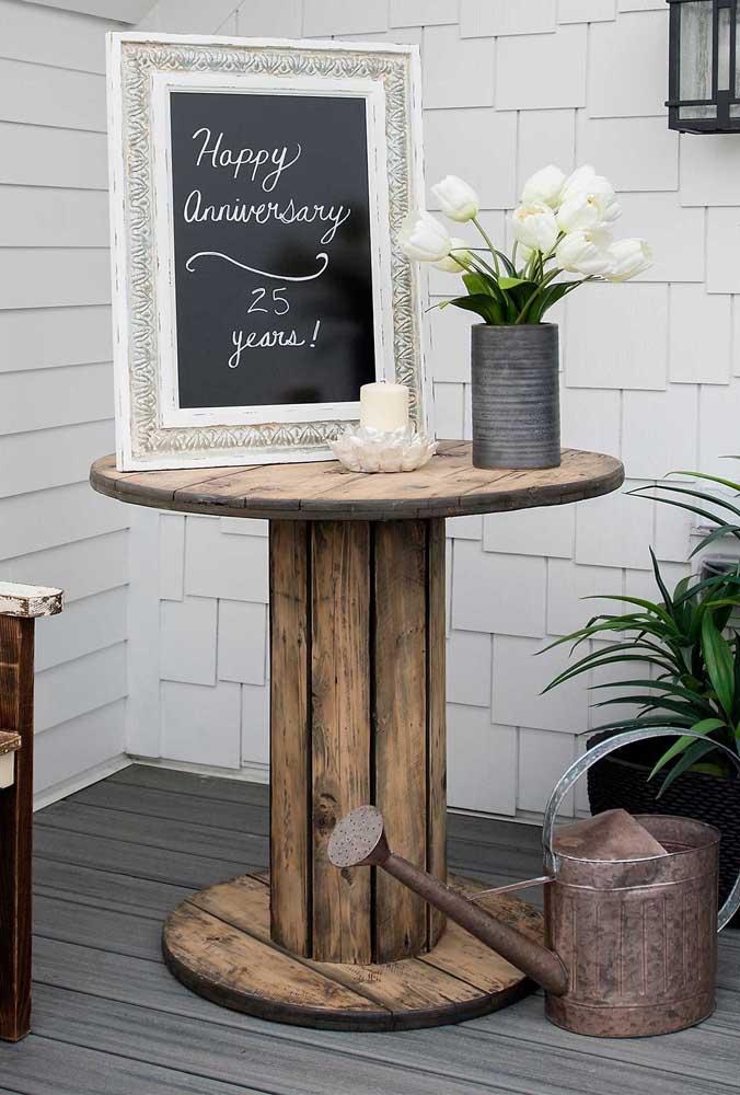 Mesa de carretel na entrada da festa: um toque rústico e acolhedor à decoração