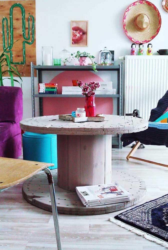 Você pode optar por manter a mesa de carretel na cor original ou pintá-la; depende da sua proposta de decoração