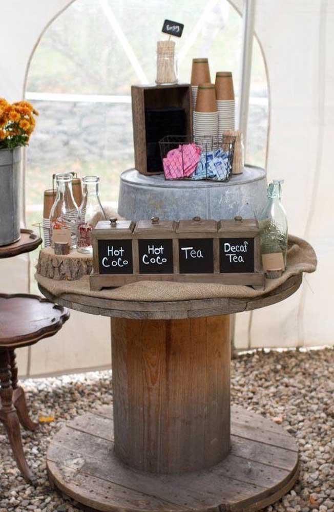 Que tal montar um bar em cima da mesa de carretel?