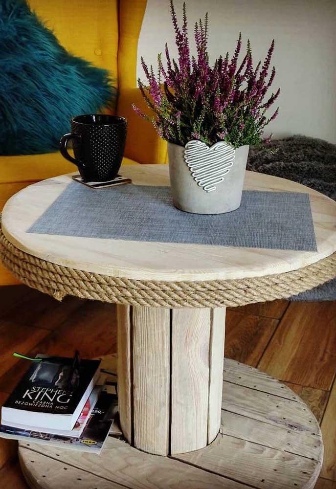 As tiras de sisal dão acabamento e ajudam na decoração da mesa de carretel