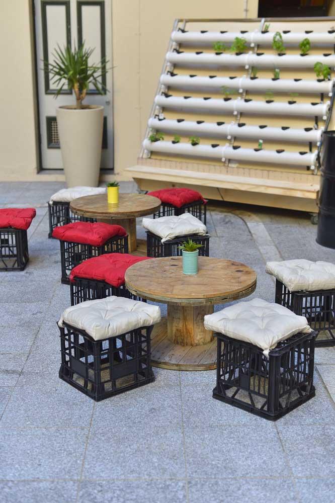 Espaços públicos e de convívio social combinam muito bem com mesas de carretel; para completar, foram incluídos bancos de caixote plástico