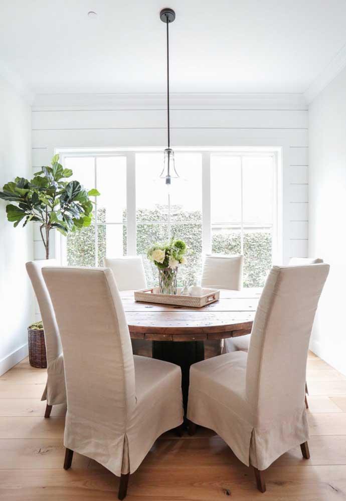 Olha que composição interessante: a mesa de carretel rústica formou um lindo conjunto com as clássicas cadeiras estofadas
