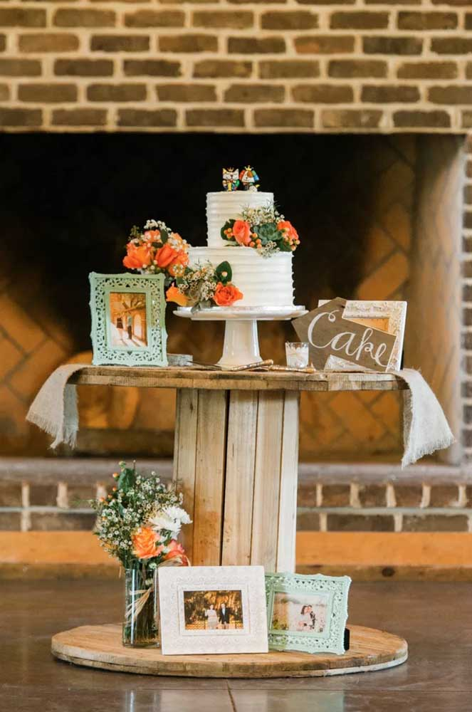 Na festa de casamento, a mesa de carretel virou a mesa do bolo