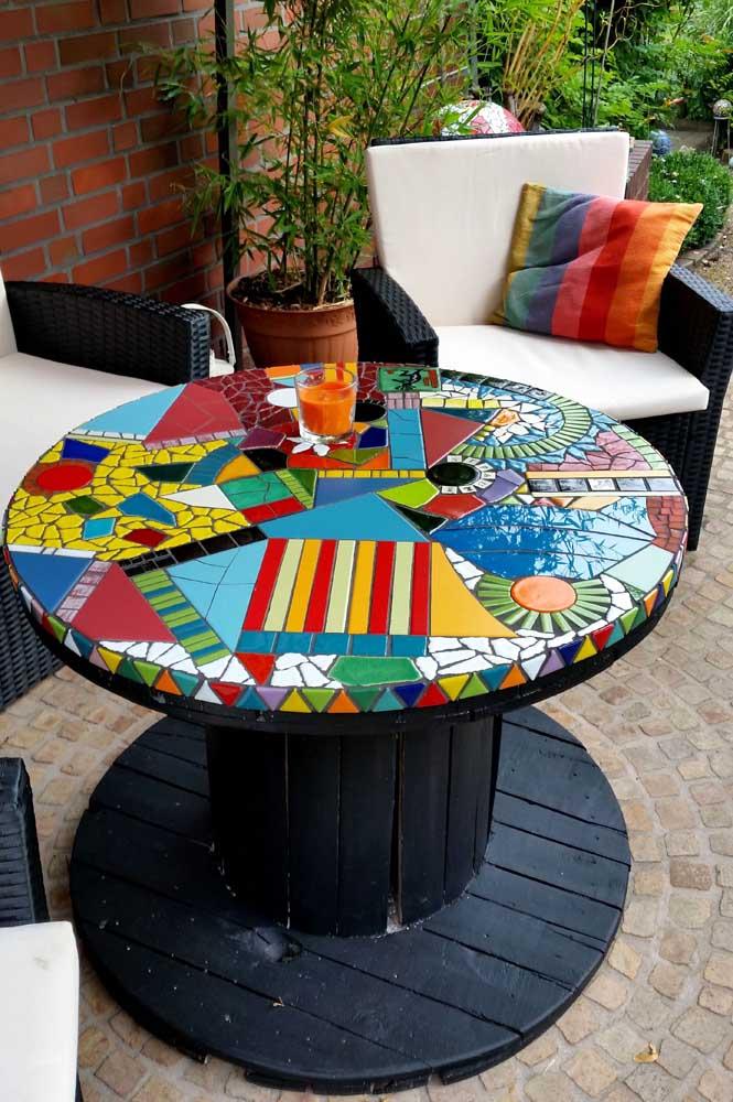 Bonita, criativa e lúdica: essa mesa de carretel apostou no uso de mosaicos coloridos no tampo