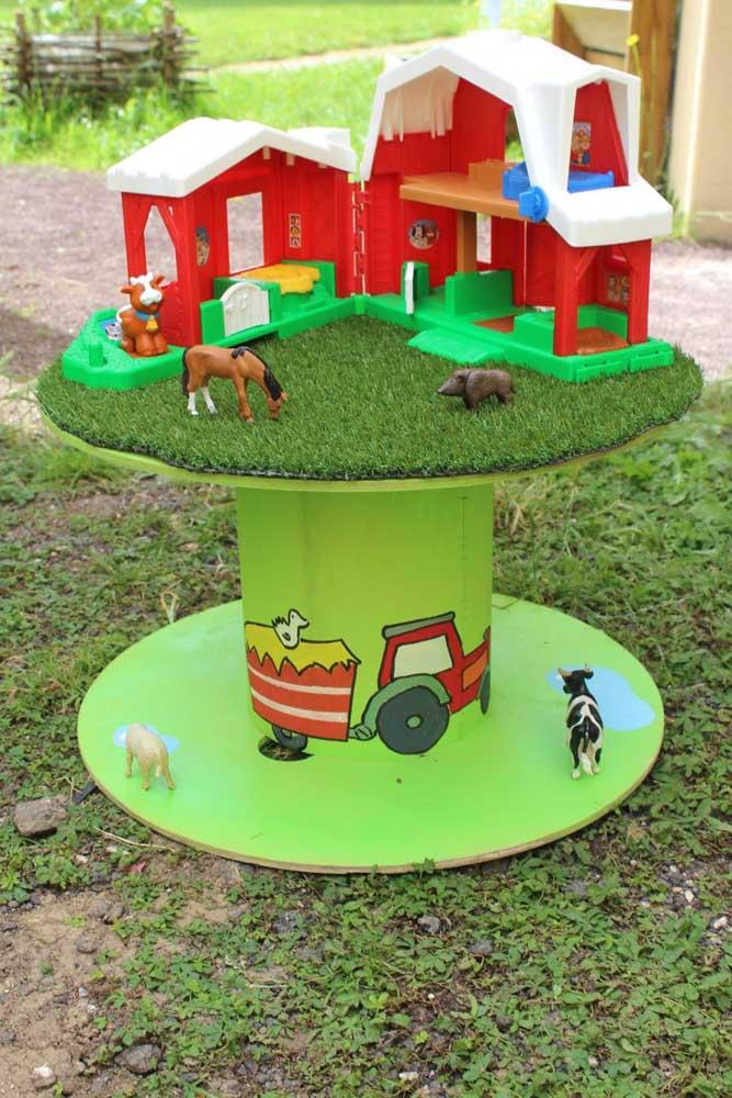 Mesa de carretel toda pensada para a alegria das crianças.