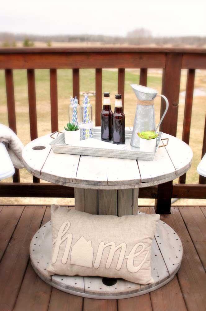 Já essa outra aqui é perfeita para apoiar o chá da tarde servido na varanda