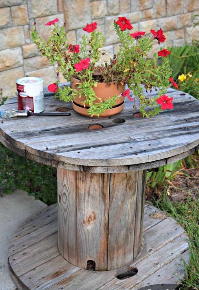 Sempre tem um espacinho para uma mesa de carretel no jardim de casa
