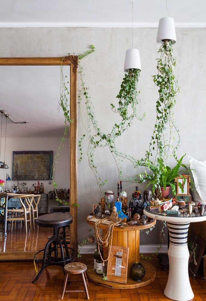 Nessa casa cheia de estilo e personalidade, a mesa de carretel se tornou o lugar perfeito para abrigar o altar religioso