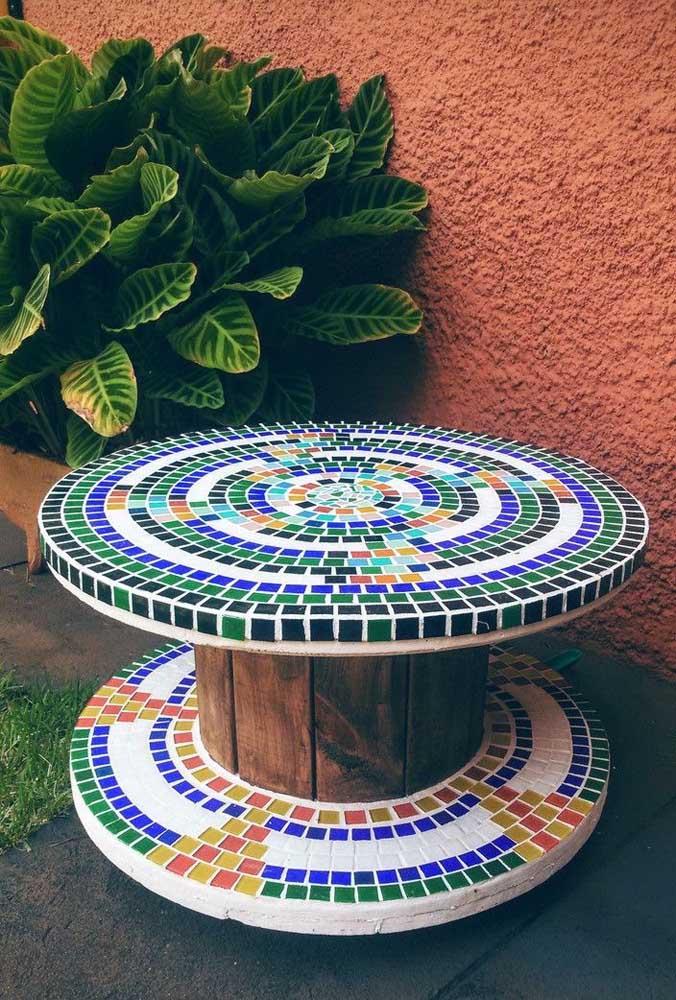 Mesa de carretel com mosaico de cima a baixo