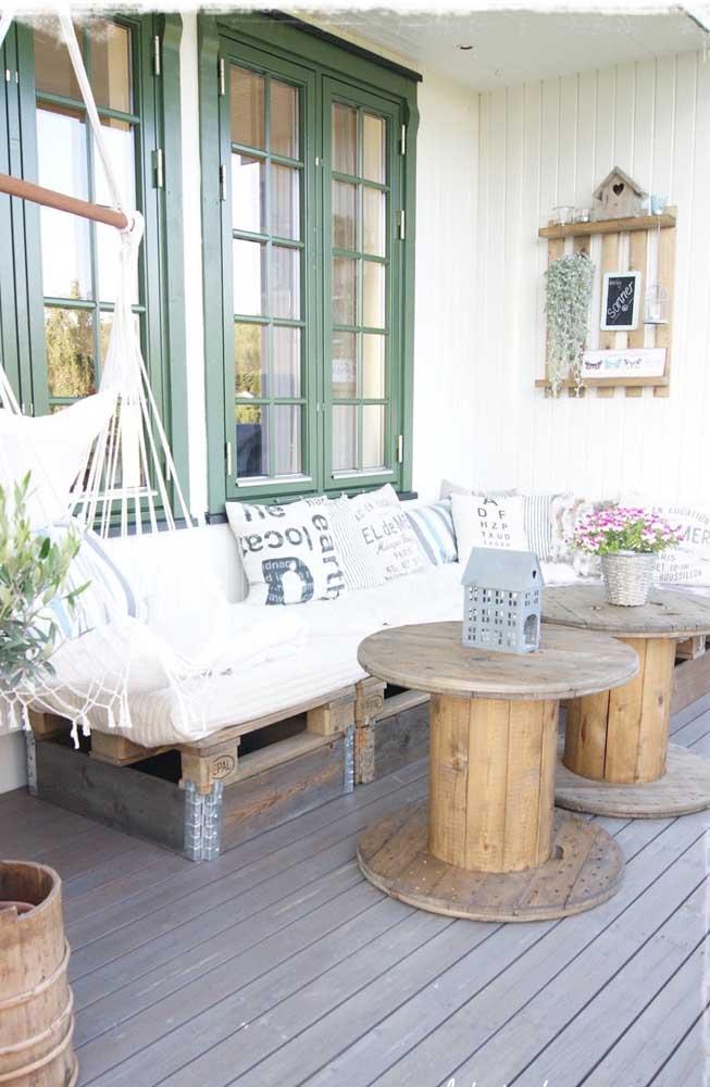 Sofá de pallets e mesas de carretel: essa sim é uma varanda ecológica e sustentável