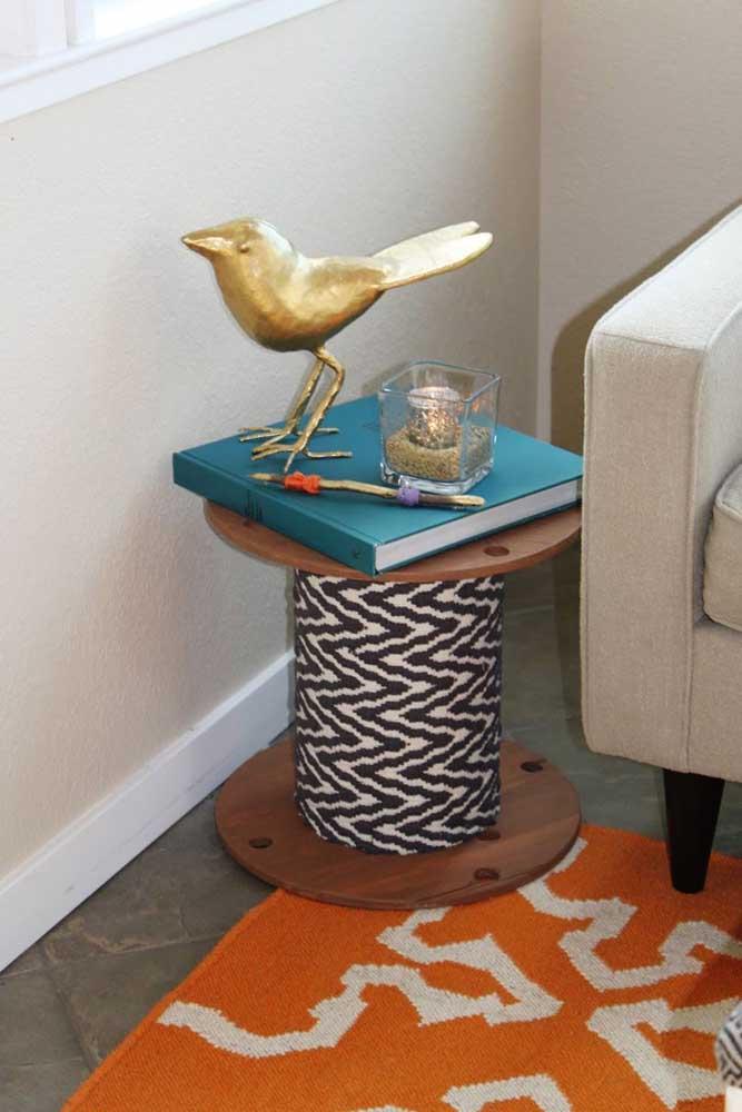 Mesa de carretel pequena para servir de mesa de apoio na sala de estar