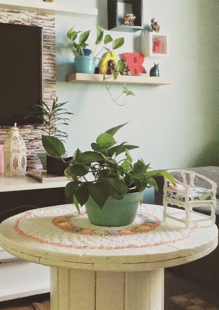 As plantas sempre deixam qualquer mesa mais bonita, seja ela de carretel, pallet ou madeira de demolição