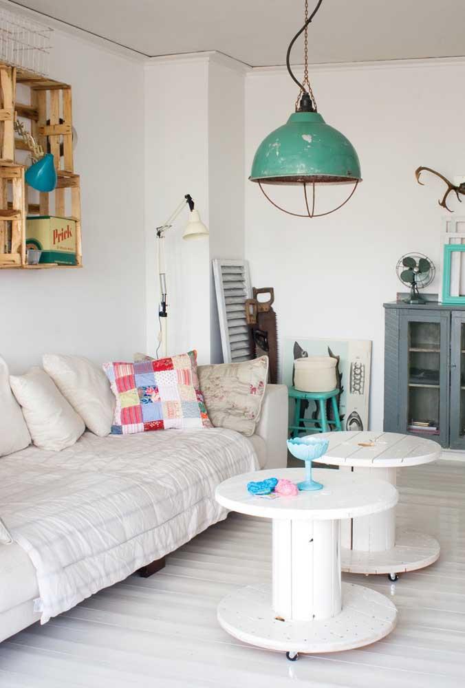 Par de mesas de carretel para sala; a cor branca deu um toque de delicadeza sem esconder o viés rústico da peça