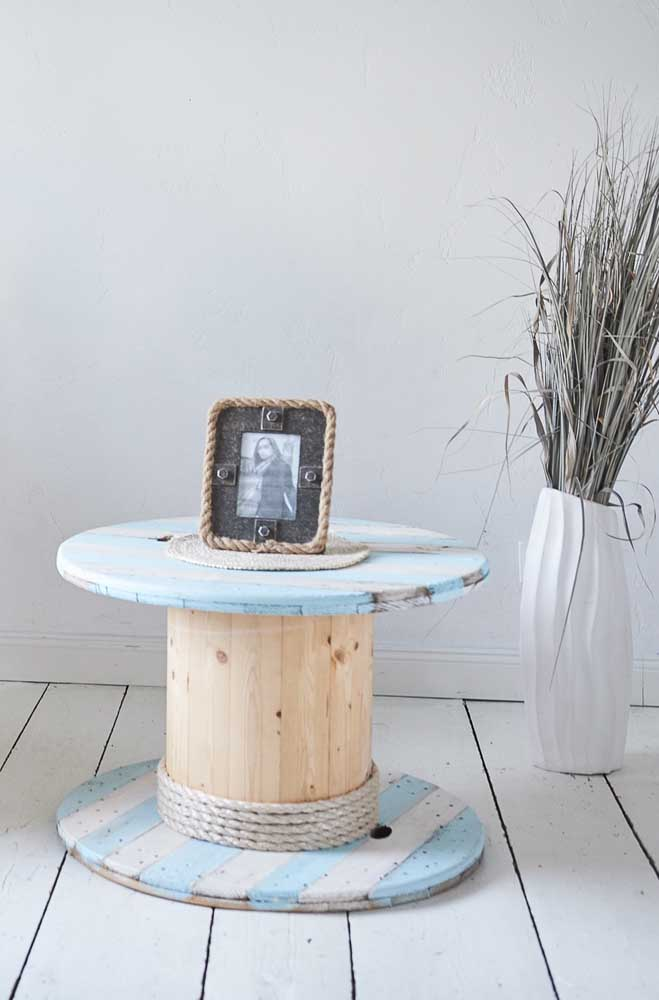 Aqui, um tom suave de azul se intercala com a cor natural da mesa de carretel