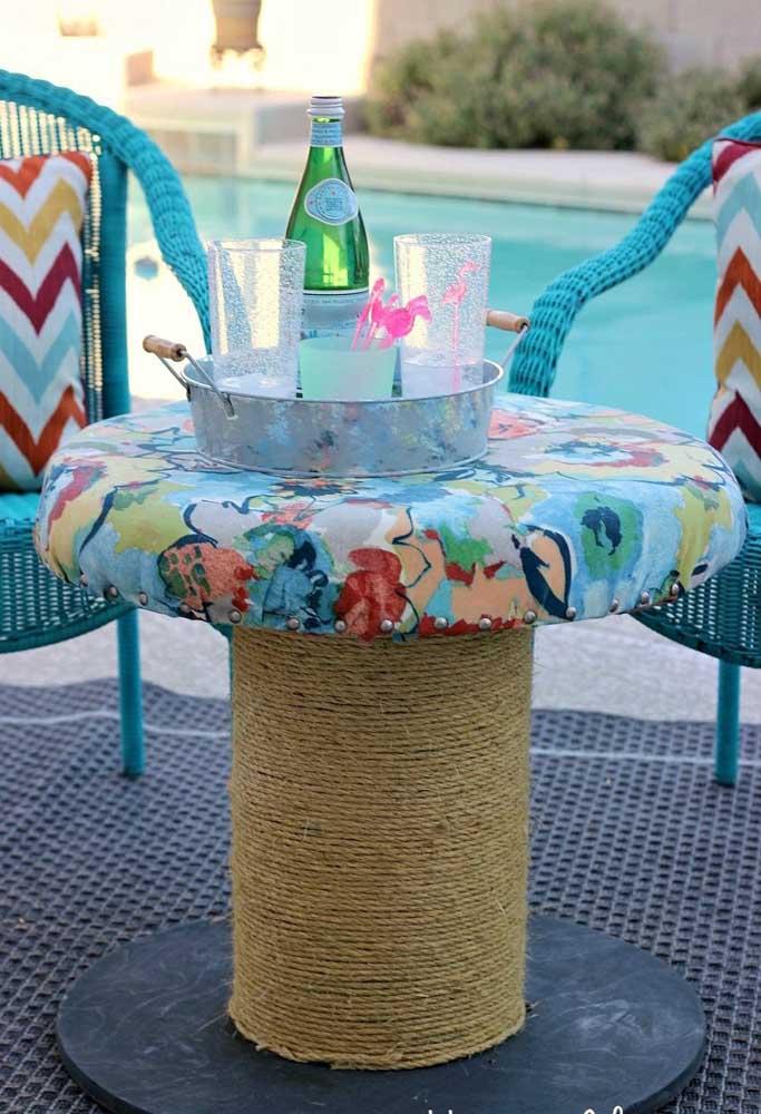 Mesa de carretel com tampo de tecido; mais uma opção de acabamento para você se inspirar