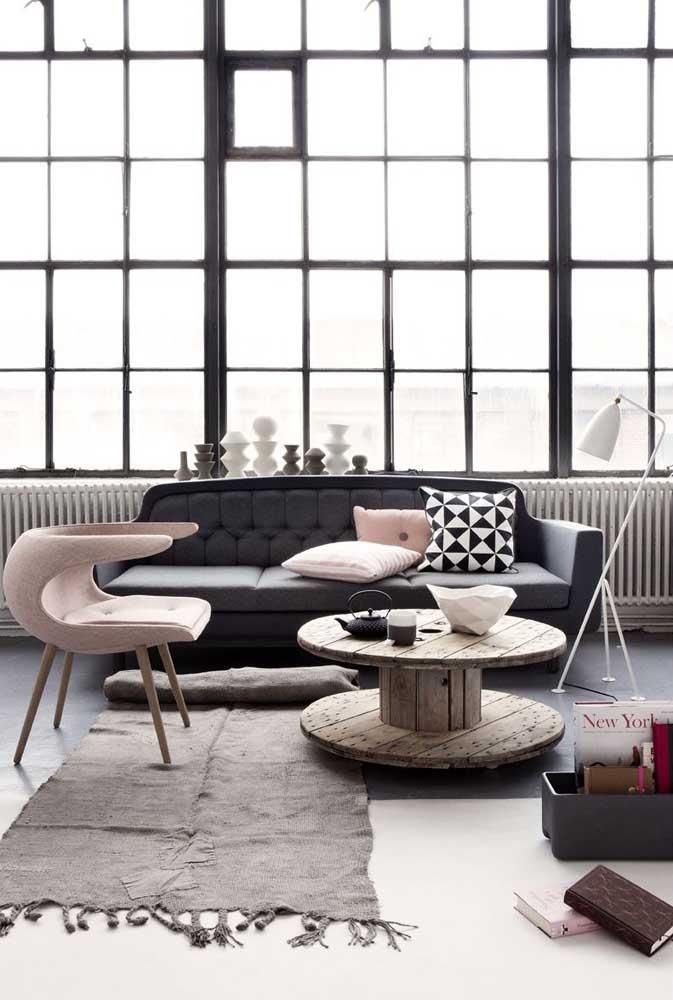 Sala contemporânea com mesa de carretel; ela se encaixa em qualquer lugar
